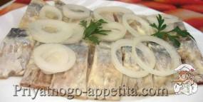 Селедка с майонезом и маринованным луком