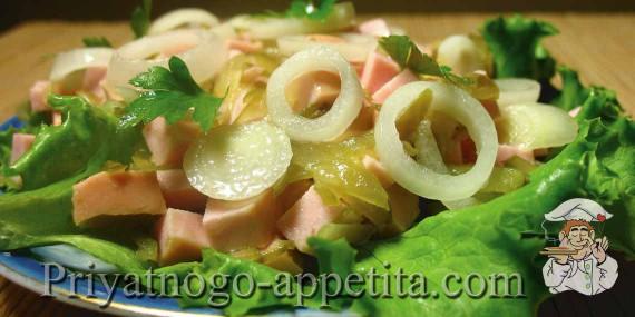 Салат с вареной колбасой и огурцами