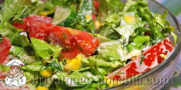 Салат с помидорами, огурцами и кукурузой