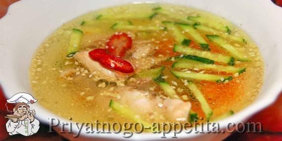 Куриный суп со свежими огурцами
