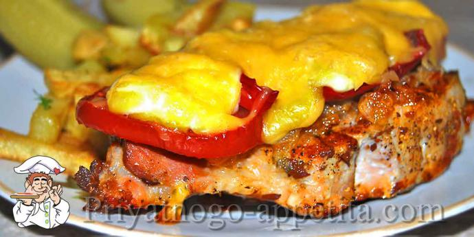 Мясо в духовке с помидорами и сыром