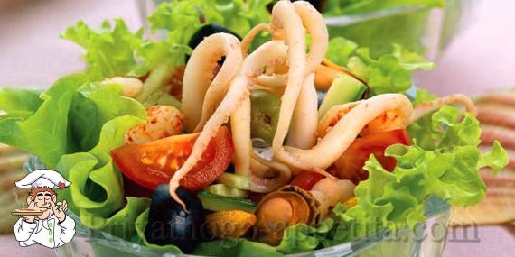 Салат из коктейля морепродуктов