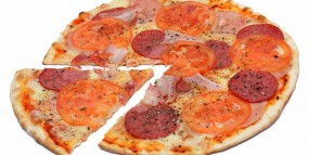 Пицца с колбасой и ветчиной