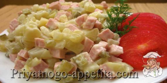 Салат с вареной колбасой и маринованными огурцами