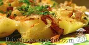 Отварной картофель с жареным луком и шкварками