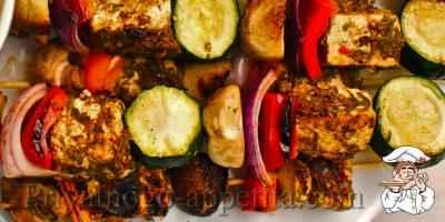 Мясо с овощами на шпажках