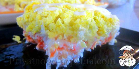 Салат с креветками и яйцом