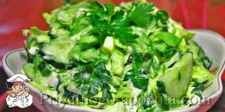 Салат с капустой, огурцами и яйцами