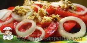 Салат из помидоров, лука, чеснока и орехов