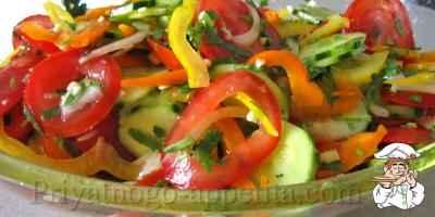 Салат с помидорами, огурцами и перцем