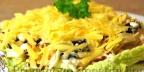 Салат с курицей, орехами и черносливом
