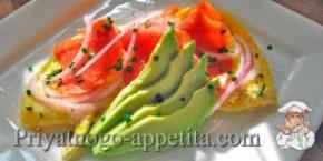 Омлет с копченым лососем и авокадо