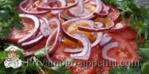 Салат из разноцветных помидоров и чеснока