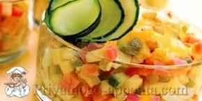 Салат с ветчиной, сыром и огурцом